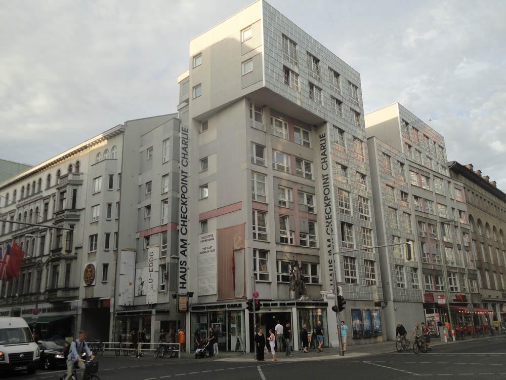 berlin friedrichstrasse checkpoint charlie galeries lafayette quartier 206. Black Bedroom Furniture Sets. Home Design Ideas