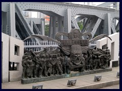 Communist monument with Mao Zedong and workers on the Haizhou Bridge.