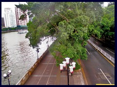 Binjiang Zhong Road goes on the bank of Pearl River on the Haizhu side.