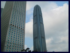 Jardine House with its circular windows was Asia's tallest building 1973-1980! To the right is HK:s 2nd tallest, IFC, that was the tallest in HK 2003-2010.