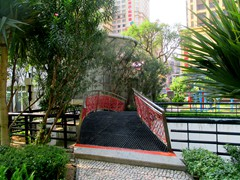 Jardim das Artes (Artes Garden) is a small park in the middle of Avenida de Amizade in Macau's city center. It offers sculptures, palms, trees and an outdoor gym. Once you get in it is hard to find the way out!